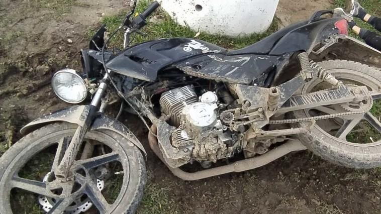 /FOTO/ Un tânăr din raionul Florești a murit, după ce s-a tamponat cu motocicleta într-un inel de beton armat