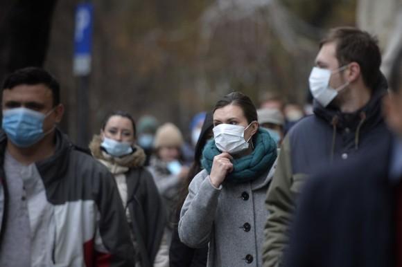 Specialiștii susțin că masca de protecție își pierde din eficacitate dacă este purtată umedă