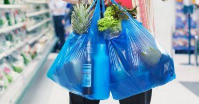 Din 1 ianuarie utilizarea și comercializarea pungilor și veselei din plastic este interzisă