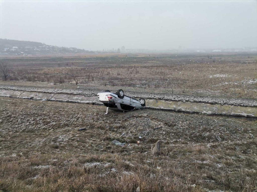 Foto /FOTO/ Accident la Bălți. Un tânăr a ajuns la spital, după ce s-a răsturnat cu mașina 2 23.06.2021
