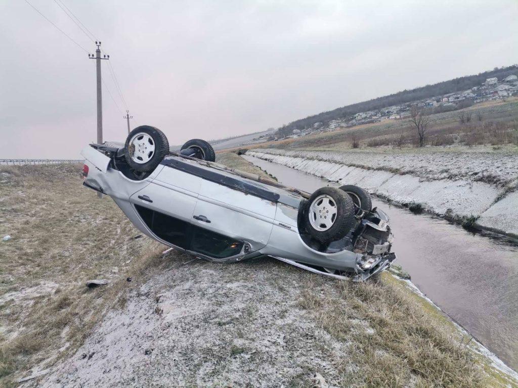 Foto /FOTO/ Accident la Bălți. Un tânăr a ajuns la spital, după ce s-a răsturnat cu mașina 3 23.06.2021