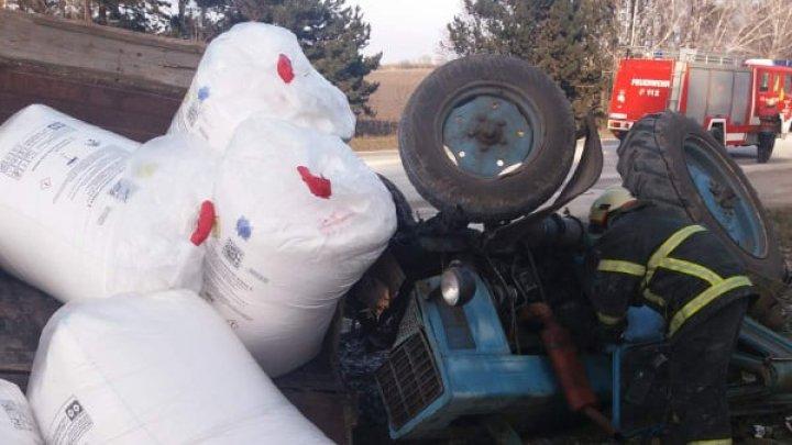 /FOTO/ Un bărbat a fost descarcerat de salvatori, după ce s-a răsturnat cu tractorul pe un traseu de la periferia orașului Drochia