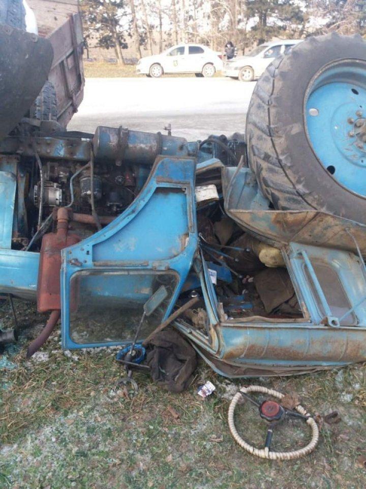 /FOTO/ Un bărbat a fost descarcerat de salvatori, după ce s-a răsturnat cu tractorul pe un traseu de la periferia orașului Drochia 1