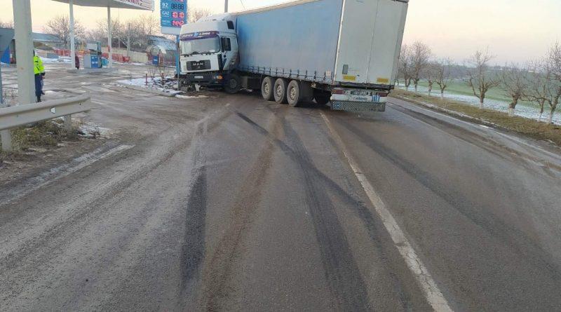 Un camion s-a lovit violent într-un parapet din cauza unei defecțiuni tehnice în raionul Florești