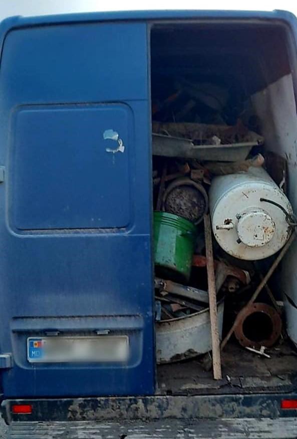 Foto /FOTO/ Microbuze pline cu metal uzat, fără acte de proveniență, depistate în raionul Dondușeni 2 18.09.2021