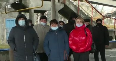 """Angajaţii """"Căii Ferate a Moldovei"""" de la staţia Ocniţa au ieşit la protest. Oamenii se plâng că nu şi-au primit salariile de câteva luni 1"""