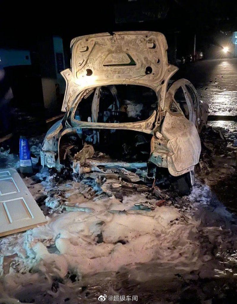 На стоянке в китайском Шанхае самопроизвольно загорелся и взорвался припаркованный электромобиль Tesla 3