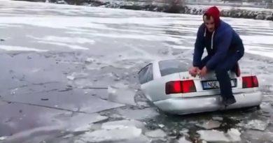 automobil sub gheață,