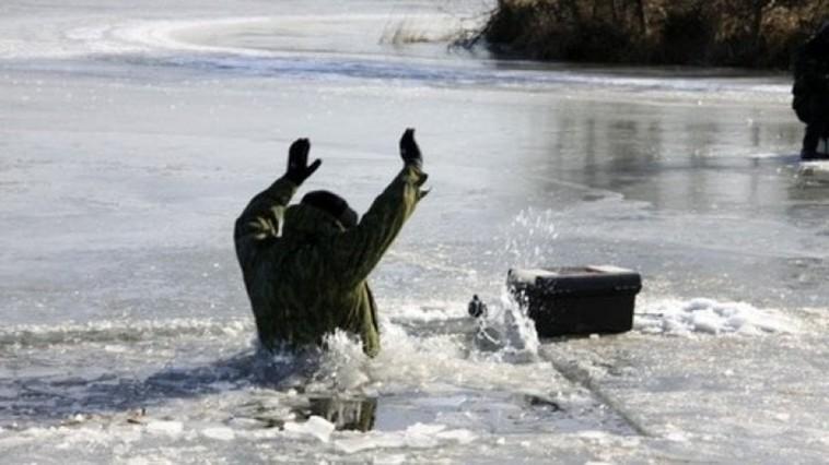 Salvatorii atenționează despre riscul prăbușirii oamenilor sub gheața subțire a bazinelor acvatice
