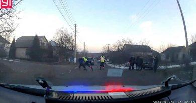 /VIDEO/ Cinci persoane în stare de ebrietate s-au luat la bătaie cu polițiștii, după ce automobilul în care se aflau a fost tras pe dreapta. Incidentul s-a produs în municipiul Bălți