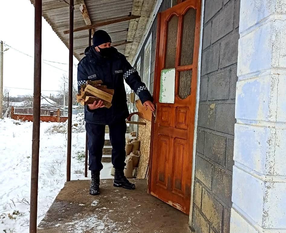Foto /FOTO/ Polițiștii din Dondușeni au tăiat lemne, au curățat zăpada și au adus apă persoanelor în etate 1 18.09.2021