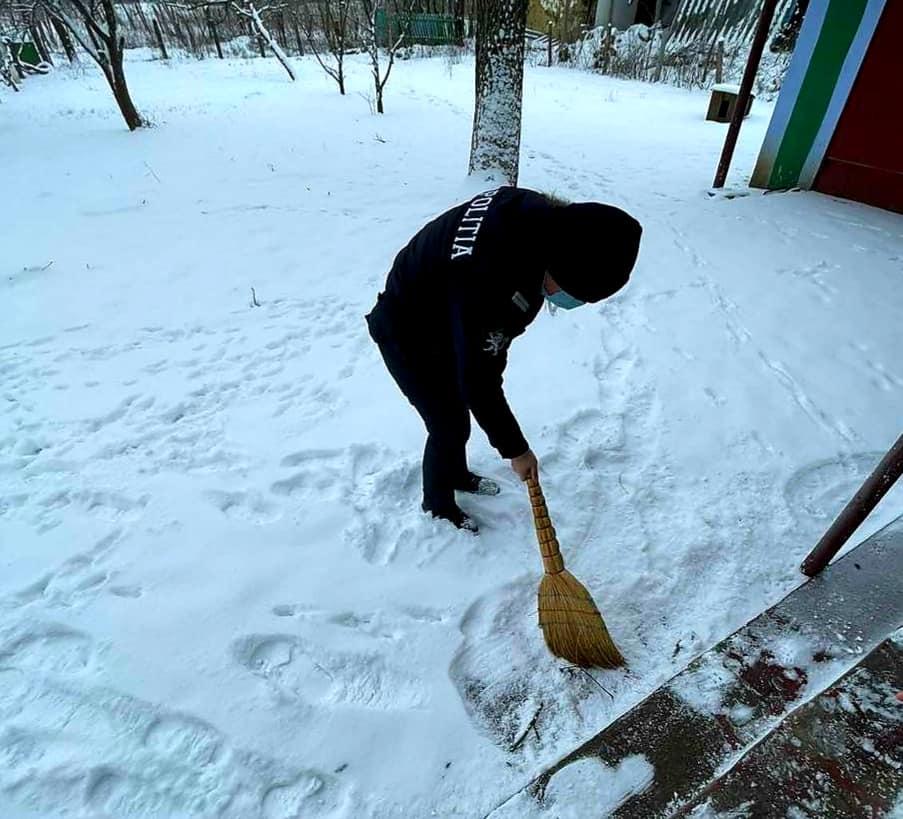 Foto /FOTO/ Polițiștii din Dondușeni au tăiat lemne, au curățat zăpada și au adus apă persoanelor în etate 2 18.09.2021