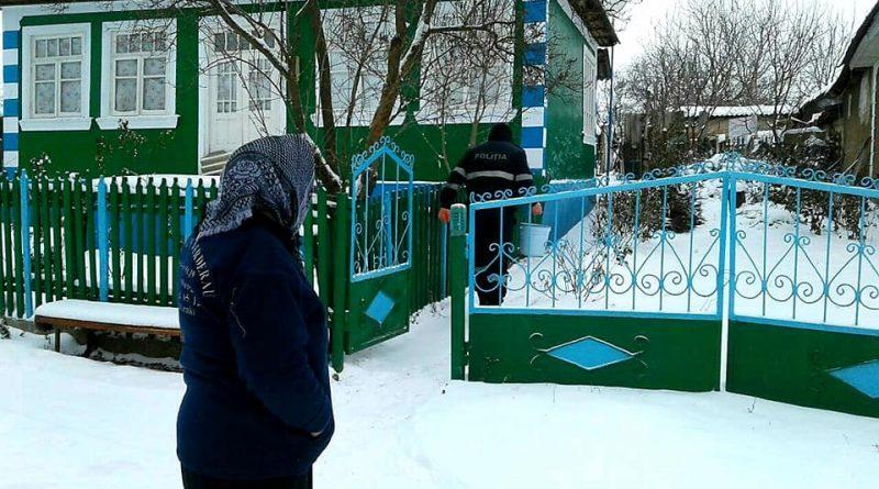 /FOTO/ Polițiștii din Dondușeni au tăiat lemne, au curățat zăpada și au adus apă persoanelor în etate