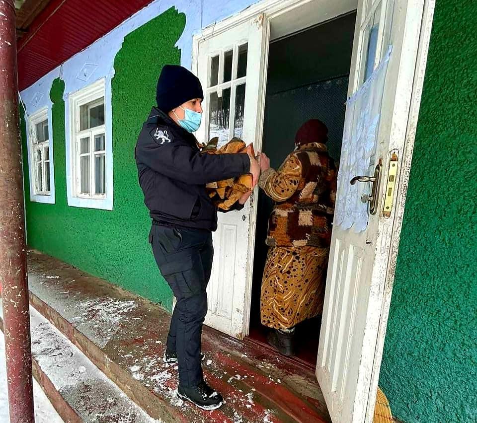 Foto /FOTO/ Polițiștii din Dondușeni au tăiat lemne, au curățat zăpada și au adus apă persoanelor în etate 3 18.09.2021
