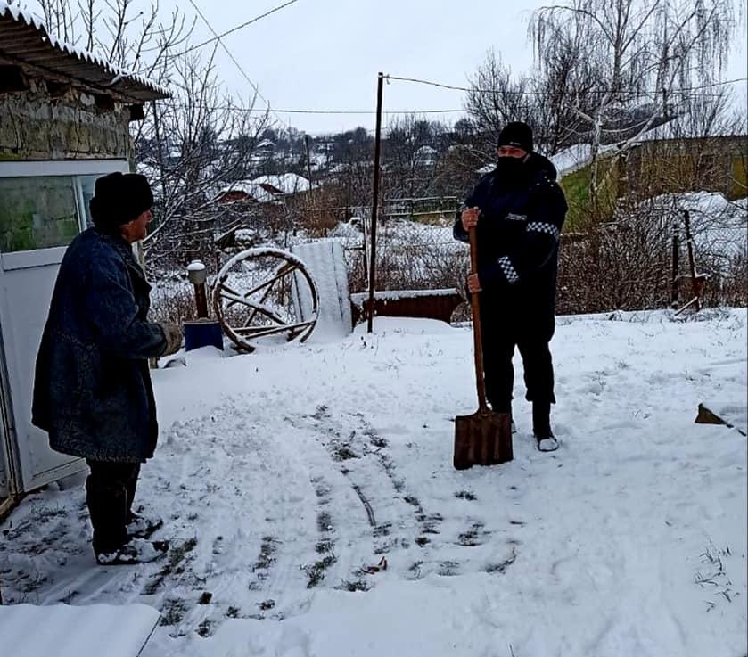 Foto /FOTO/ Polițiștii din Dondușeni au tăiat lemne, au curățat zăpada și au adus apă persoanelor în etate 5 18.09.2021