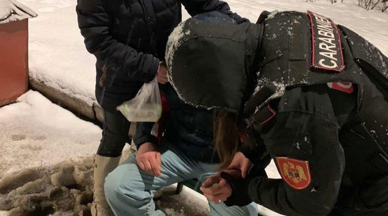 Un bărbat din Bălți a fost ajutată de carabinieri, după ce fost găsit inconștient într-un parc din oraș