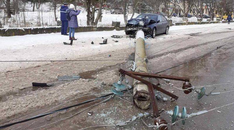 /FOTO/ Un tânăr din Soroca a doborât la pământ cu automobilul un pilon de energie electrică