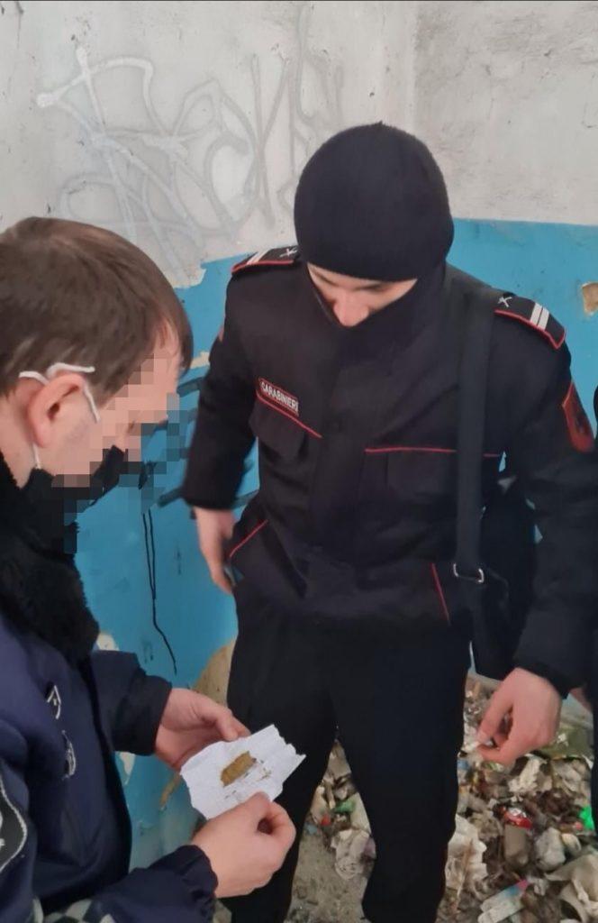 Foto /FOTO/ Un bărbat din Bălți a fost prins de carabinieri în timp ce încerca să ascundă droguri într-o clădire părăsită din oraș 1 29.07.2021