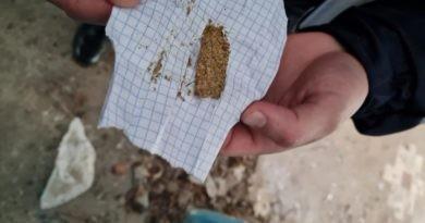 /FOTO/ Un bărbat din Bălți a fost prins de carabinieri în timp ce încerca să ascundă droguri într-o clădire părăsită din oraș