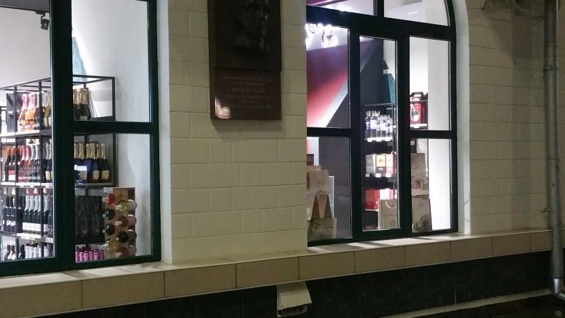 Foto В центре Бэлць магазин снова стал торговать спиртными напитками, находясь на расстоянии меньше 50 метров от школы 4 18.09.2021