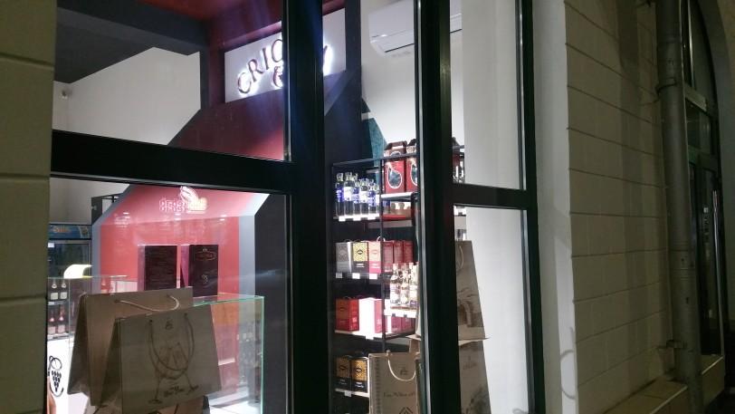 Foto В центре Бэлць магазин снова стал торговать спиртными напитками, находясь на расстоянии меньше 50 метров от школы 3 18.09.2021
