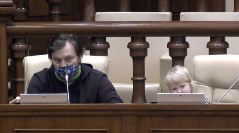 /VIDEO/ Dumitru Alaiba și-a adus copilul în Parlament, pentrucă nu avea cu cine îl lăsa acasă