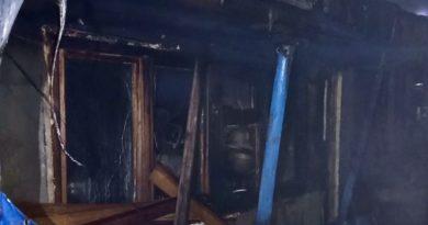 /FOTO/ O casă din Bălți a fost cuprinsă de flăcări. Pompierii au luptat cu focul aproximativ o oră