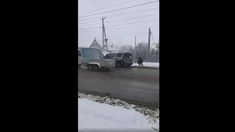 /VIDEO/ Automobil cuprins de flăcări la Bălți. Oamenii au încercat să stingă focul cu zăpadă