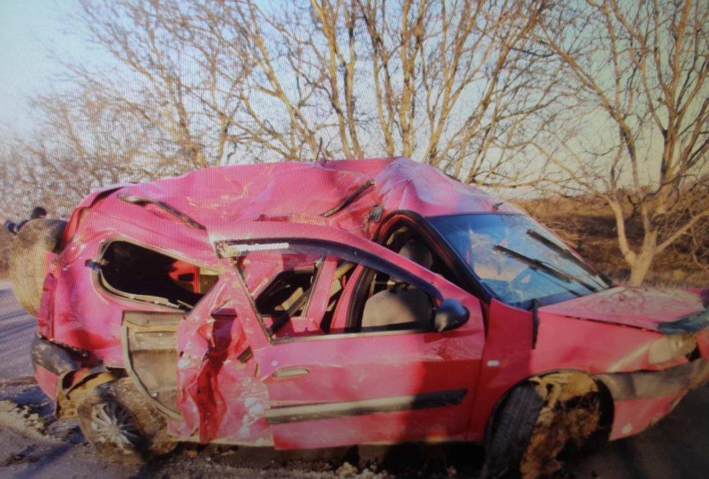 Foto /FOTO/ Grav accident în raionul Fălești. Un bărbat în stare de ebrietate a ajuns cu mașina într-un copac, doi pasageri în stare gravă la spital 2 29.07.2021