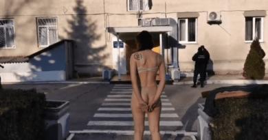Foto Бортпроводница одной компании разделась до нижнего белья перед зданием Пограничной полиции в аэропорту Кишинева 3 22.09.2021
