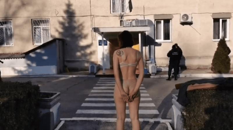 Бортпроводница одной компании разделась до нижнего белья перед зданием Пограничной полиции в аэропорту Кишинева 1 18.04.2021