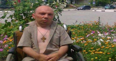Un bărbat din raionul Nisporeni are nevoie de ajutorul oamenilor pentru a-și procura un scaun cu rotile electric