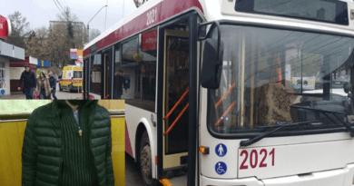 /VIDEO/ Un hoț de buzunare a fost reținut într-un troleibuz din Bălți în timp ce sustrăgea un portmoneu de la o tânără