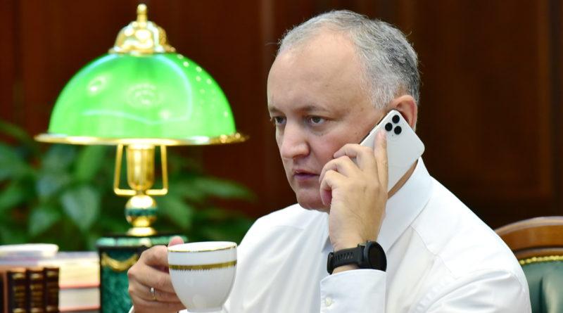 Igor Dodon îi cere Maei Sandu să dezmintă informația că și-a cumpărat cel mai scump model de iPhone pe banii statului