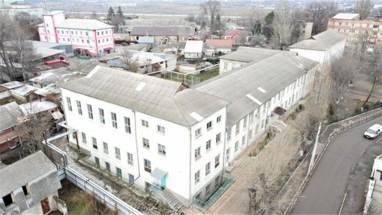 """La Liceul Teoretic """"Dimitrie Cantemir"""" din Bălți se efectuează lucrări de sporire a eficienței energetice"""