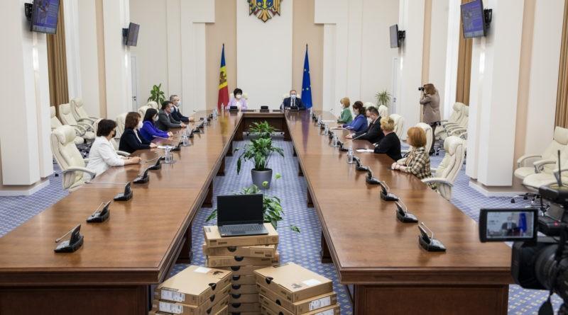 Foto Десять тысяч ноутбуков будут розданы школам по всей стране 1 17.10.2021