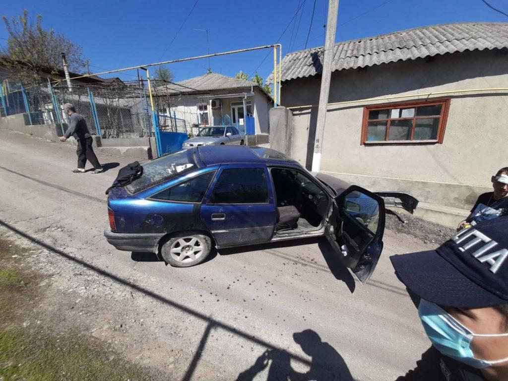 Foto /FOTO/ Un bărbat a fost transportat la spital, după ce s-a tamponat cu automobilul într-un pilon electric la Soroca 2 21.06.2021
