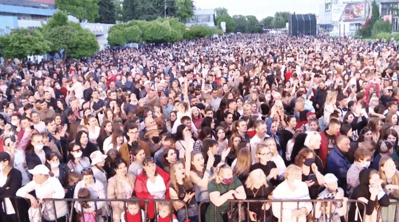 /FOTO/ Mii de oameni au uitat de pandemie și s-au adunat la un concert pentru a marca hramul orașului Bălți
