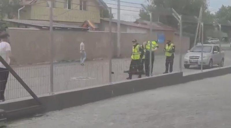 Focuri de armă pe o stradă din Bălți. Un bărbat a încercat să înjunghie cu un cuțit mai mulți trecători, după care a vrut să-și pună capăt zilelor