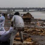 В Индии неизвестные скинули в реку Ганг тела десятков людей, умерших от COVID-19 6 12.05.2021