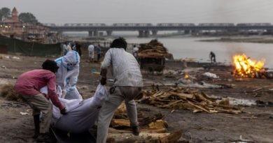 Foto В Индии неизвестные скинули в реку Ганг тела десятков людей, умерших от COVID-19 5 23.06.2021