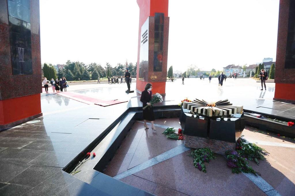 """Foto Президент Молдовы Майя Санду почтила память """"миллионов людей, которые погибли во Второй мировой войне"""" 3 21.06.2021"""
