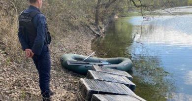 /VIDEO/ Doi bărbați au încercat să treacă Prutul cu țigări de contrabandă în raionul Glodeni