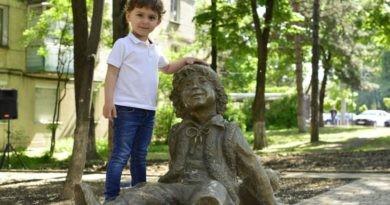 Foto Писатель Спиридон Вангели одобрил памятник Гугуцэ в Кишинёве 6 05.08.2021