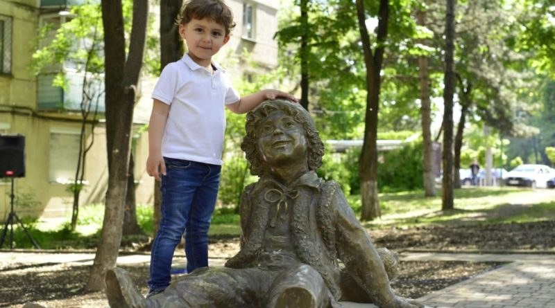 Foto Писатель Спиридон Вангели одобрил памятник Гугуцэ в Кишинёве 1 21.06.2021
