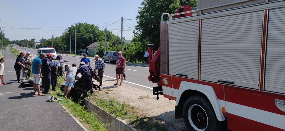 Foto /VIDEO/ Cal prăbușit într-un șanț de pe marginea carosabilului în raionul Fălești. A fost nevoie de intervenția salvatorilor 3 26.10.2021