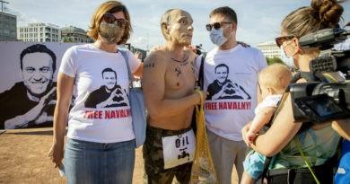 """Foto """"Путин"""" с наколкой Сталина пришел на митинг в поддержку Навального в Женеве 4 21.09.2021"""