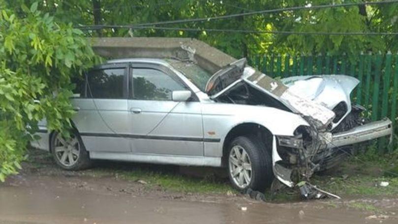 Accident în raionul Florești. Un bărbat a ajuns cu mașina într-un gard, iar peste unitatea de transport a căzut și un pilon de electricitate