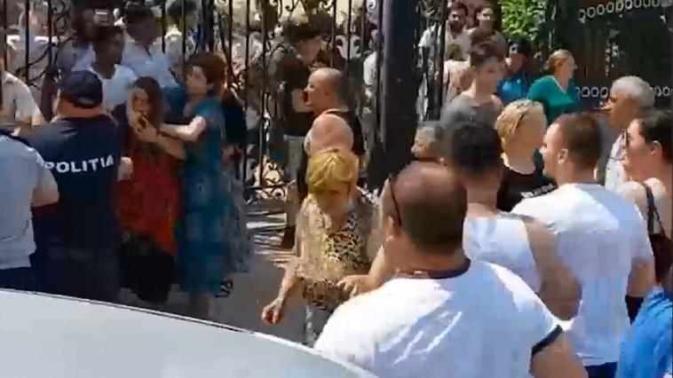 /VIDEO/ Bătaie de proporții pe străzile orașului Otaci din raionul Ocnița. Peste o sută de oameni s-au luat la pumni