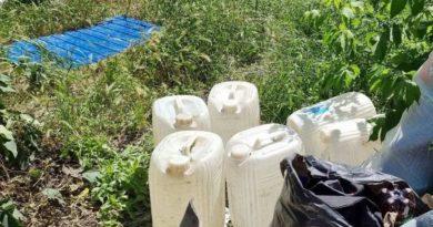 /FOTO/ Două femei din Bălți vindeau alcool contrafăcut chiar la domiciliu. Acum riscă amendă